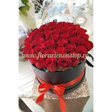 Cutie cu trandafiri rosii