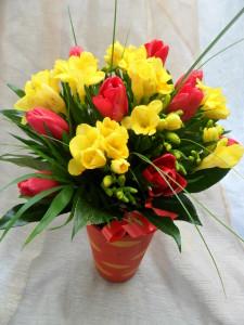 aranjament-floral-frezii-lalele-primavara