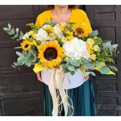 Cutie cu flori albe si galbene